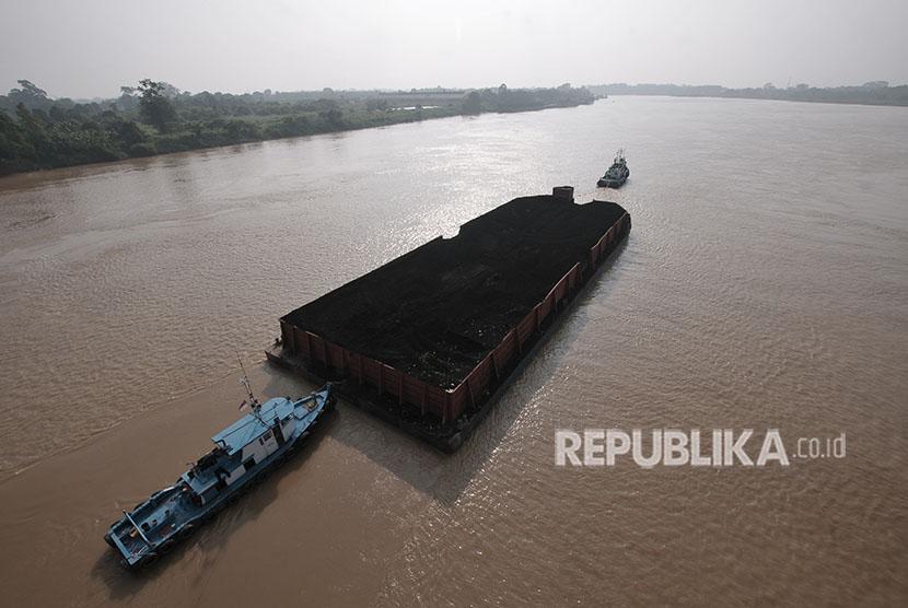Kapal Tongkang pembawa batu bara melintasi aliran Sungai Batanghari di Muarojambi, Jambi, Jumat (8/6).