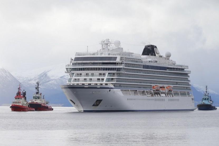 Kapal Viking Sky saat hendak merapat ke Pelabuhan Molde, Norwegia, Ahad (24/3).