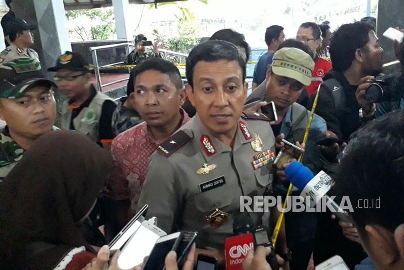 Kapolda DIY, Brigjen Pol Ahmad Dhofiri, usai meninjau tempat kejadian penyerangan di Gereja Santa Lidwina, Ahad (11/2).