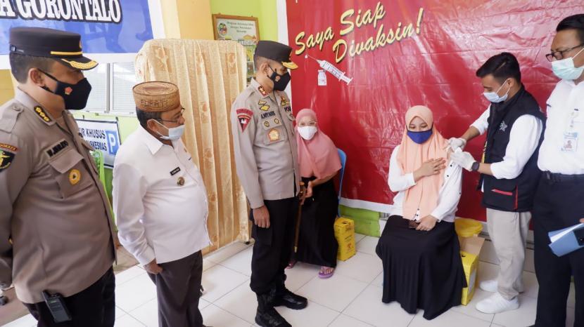 Kapolda Gorontalo, Irjen Pol Dr Ahmad Wiyagus saat meninjau pelaksanaan vaksinasi massal di Provinsi Gorontalo.