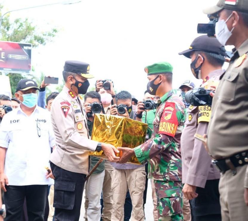 Kapolda Gorontalo, Irjen Pol Dr Akhmad Wiyagus disaksikan Gubernur Rusli Habibie menyerahkan bingkisan kepada petugas Pos Penyekatan di perbatasan.