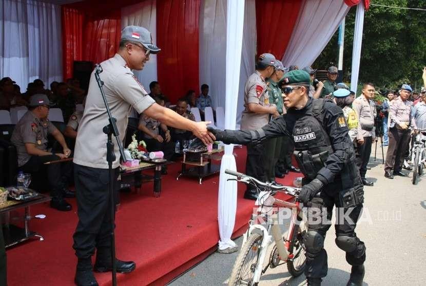 Kapolda Jabar, Irjen Pol Agung Budi Maryoto saat menyerahkan hadiah sepeda kepada anggota TNI yang bertugas mengamankan cabang balap sepeda Asian Game di Kabupaten Subang.
