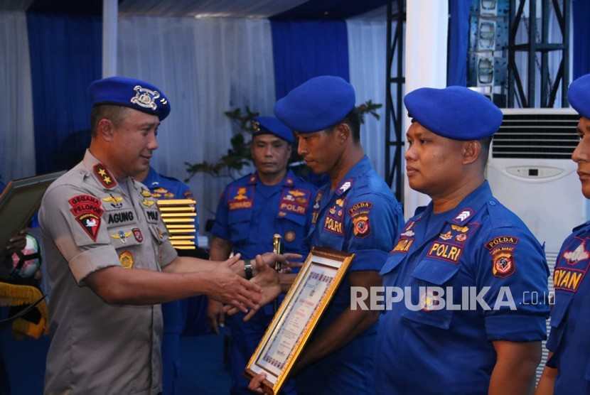 Kapolda Jabar Irjen Pol Agung Budi Maryoto saat menyerahkan penghargaan kepada anggota saat HUT 68 Polair.
