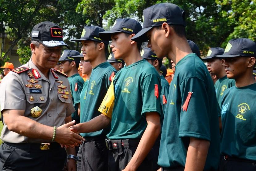 Kapolda Jabar Irjen Pol Anton Charliyan (kiri) bersalaman dengan mahasiswa saat Pendidikan Bela Negara (PBN) dihalaman Kampus Universitas Negeri Siliwangi (Unsil) Kota Tasikmalaya, Jawa Barat, Senin (9/1).