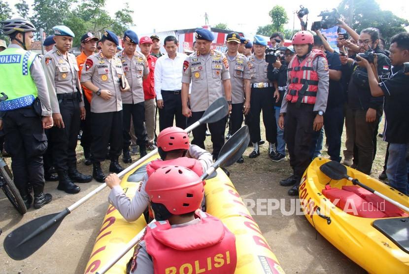 Kapolda Jabar, Irjen Pol Drs Agung Budi Maryoto saat melakukan pengecekan kesiapan personel gabungan arus mudik dan balik lebaran 2018 di jalur selatan.