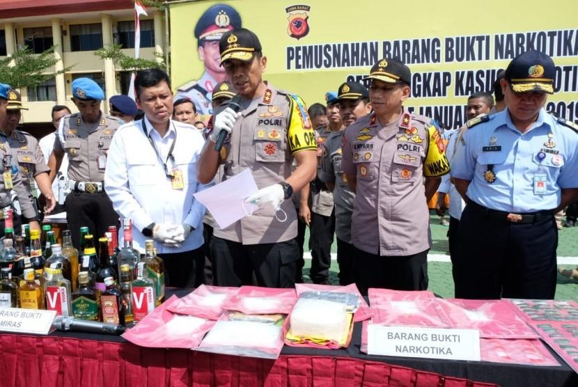 Kapolda Jabar Irjen Pol Drs Rudy Sufahriadi saat memusnahkan narkotika dan miras di Mapolda.