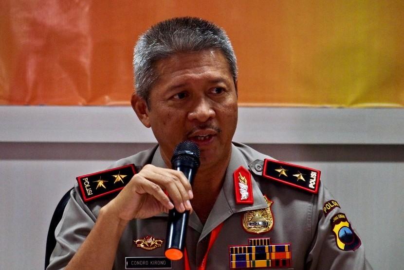 Kapolda Jateng Irjen Pol Condro Kirono memberikan keterangan pers tentang kasus penembakan yang mengakibatkan meninggalnya tiga anggota Brimob di lokasi pengeboran minyak PT Sarana Gas Trembul, Blora, di Semarang, Jawa Tengah, Rabu (11/10).