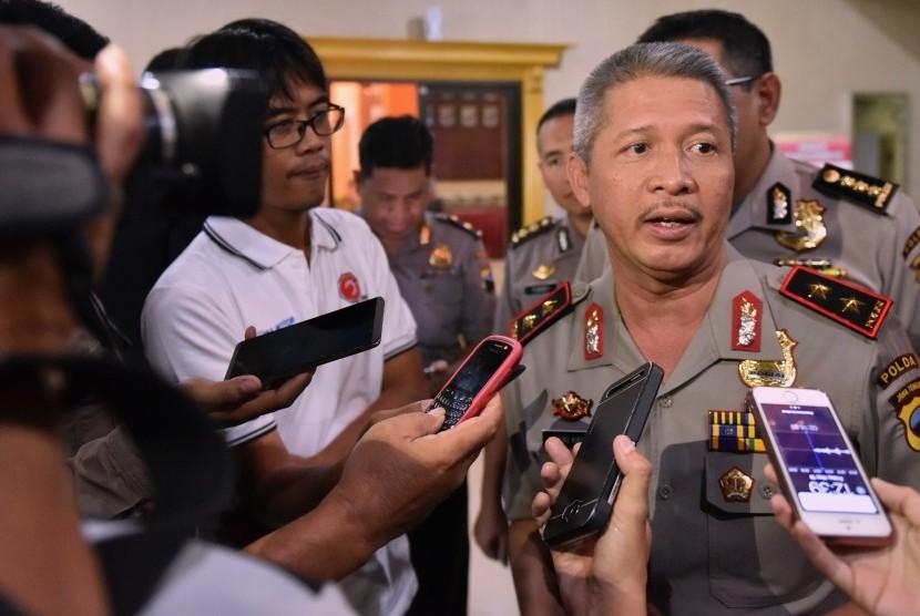 Kapolda Jateng Irjen Pol Condro Kirono menjawab pertanyaan wartawan.