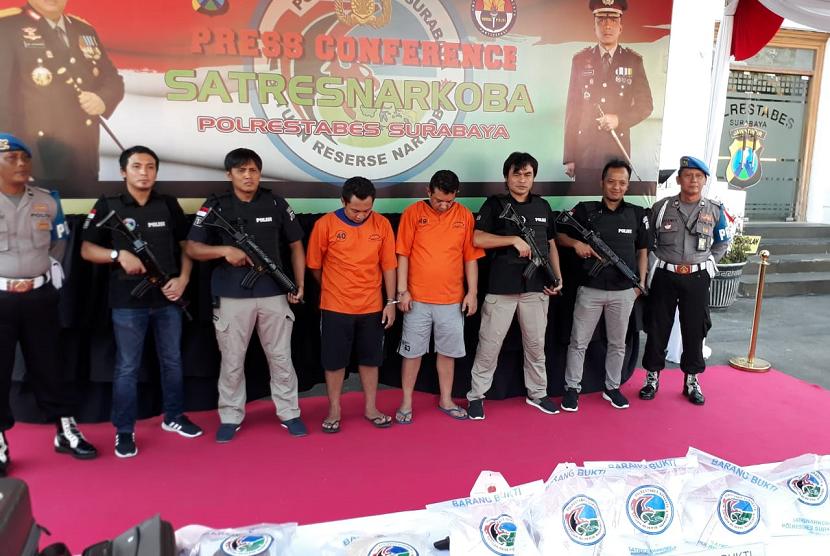 Kapolda Jatim Irjen Pol. Luki Hermawan merilis hasil penangkapan dua orang tersangka terkait perdagangan narkoba jenis sabu i Mapolrestabes Surabaya, Rabu (10/10). Dari para tersangka diamankan sabu seberat 6.251 gram