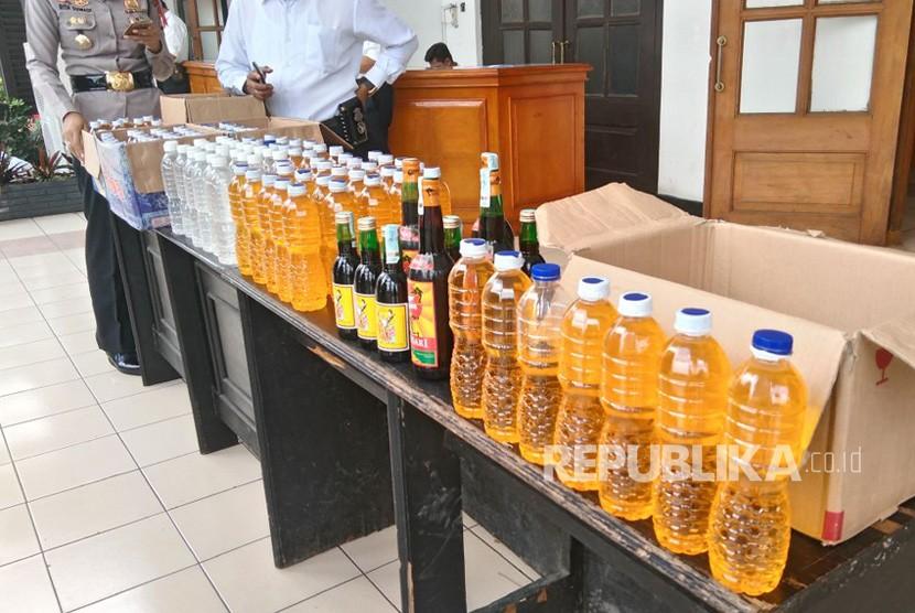 Kapolda Jawa Barat Irjen Pol Agung Budi Maryoto mengungkap kasus oplosan minuman keras di Polrestabes Bandung, Senin (9/4).