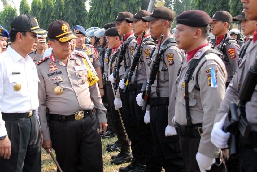 Kapolda Lampung Irjen Suntana (kedua kiri) bersama Pelaksana Tugas Gubernur Lampung Didik Suprayitno (kiri) memeriksa pasukan dan kendaraan dinas saat Apel Gelar Pasukan Operasi Ketupat Krakatau 2018 di lapangan Korpri Provinsi Lampung, Lampung, Rabu (6/6).