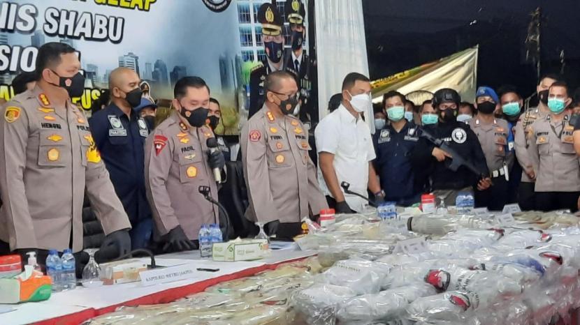 Kapolda Metro Jaya Irjen Pol Muhammad Fadil Imran (tengah) menunjukkan barang bukti penangkapan dua pengedar sabu di Hotel N1, Tanah Abang, Jakarta Pusat, Selasa (11/5). Total barang bukti dalam kasus ini sebanyak 310 kg sabu senilai Rp 400 miliar.