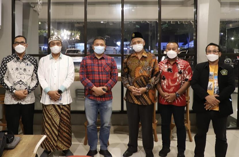 Kapolda Provinsi Riau Irjen Pol Agung Setya Imam Effendi SH SIK MSi dan (ketiga dari kiri), Rektor Unissula Drs Bedjo Santoso MT PhD (keempat dari kiri) pada acara silaturrahim, di Pekanbaru, Provinsi Riau, Ahad (30/5) malam.