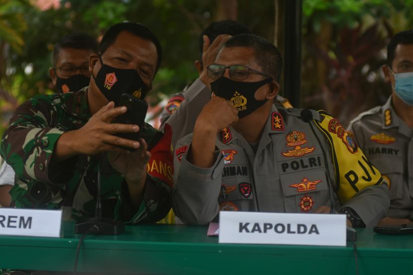 Kapolda Sulawesi Tengah Irjen Pol Abdul Rakhman Baso (kanan) sebelum memberikan keterangan pers.