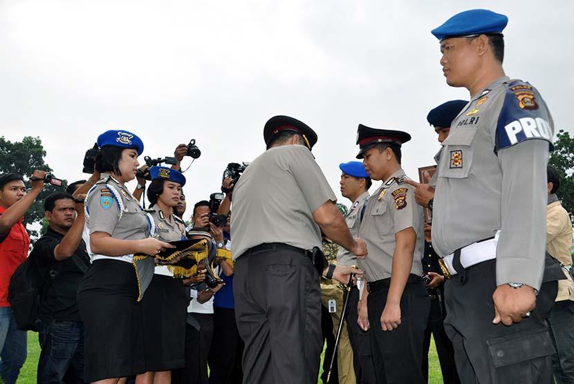 Kapolda mencopot seragam seorang polisi sebagai simbol pemecatan karena polisi tersebut terlibat narkoba (ilustrasi).