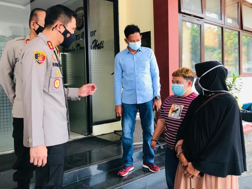 Kapolres Bogor, AKBP Harun (kiri) tengah berbincang dengan korban pencurian ponsel di Jonggol, Tedy Syah dan neneknya, Selasa (13/4).