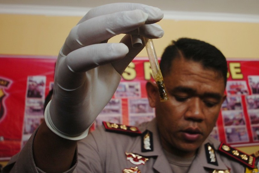 Polisi menunjukan barang bukti narkotika baru jenis Tembakau Gorila (ilustrasi)