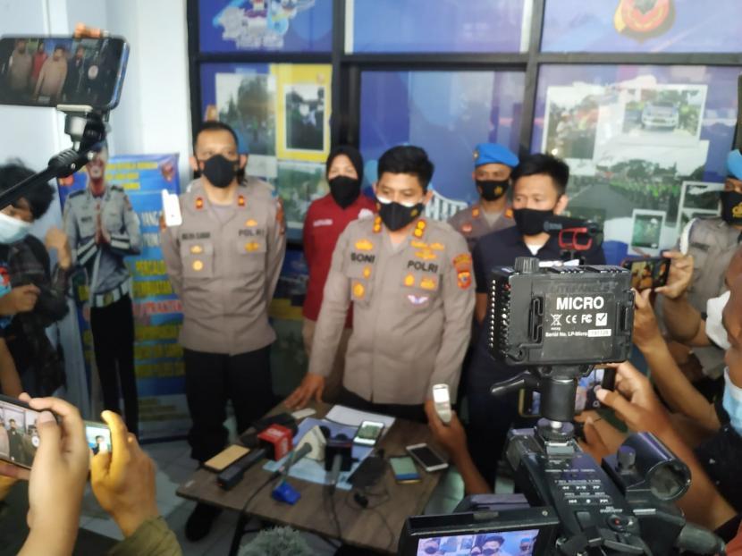 Kapolres Ciamis, AKBP Wahyu Broto Narsono, menjelaskan kronologi peristiwa susur sungai yang mengakibatkan 11 siswa MTs di Ciamis meninggal dunia, Sabtu (16/10).