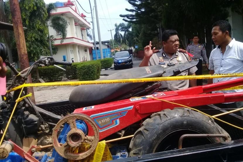 Kapolres Indramayu, AKBP M Yoris MY Marzuki menunjukkan barang bukti kasus perampokan sadis yang menyebabkan korbannya meninggal dunia, Kamis (15/11). Polisi juga menembak mati satu dari lima pelaku yang tertangkap.