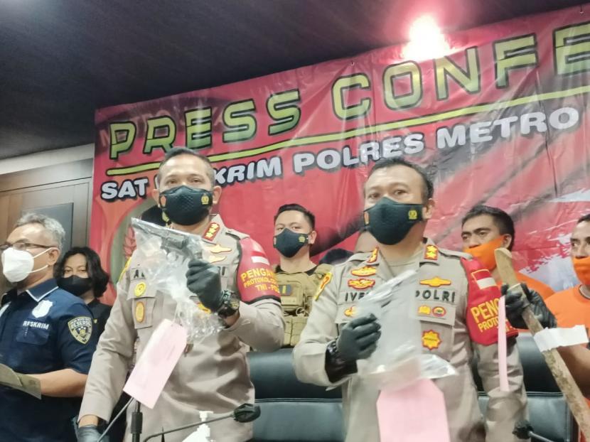 Kapolres Metro Jakarta Barat Kombes Ady Wibowo (kiri) memperlihatkan barnag bukti senjata api jenis revolver, yang digunakan pelaku untuk menembak seorang remaja Taman Sari, di Mapolres Jakbar, Kamis (24/6).