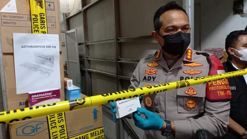 Kapolres Metro Jakarta Barat Kombes Ady Wibowo memperlihatkan barang bukti berupa satu boks obat Covid-19 jenis azithromycin di sebuah gudang di Jalan Peta Barat, Ruko Peta Barat III C8, Kalideres, Jakarta Barat, Senin (12/7) malam. Sebuah perusahaan diketahui menimbun ratusan boks azithromycin di gudang tersebut.
