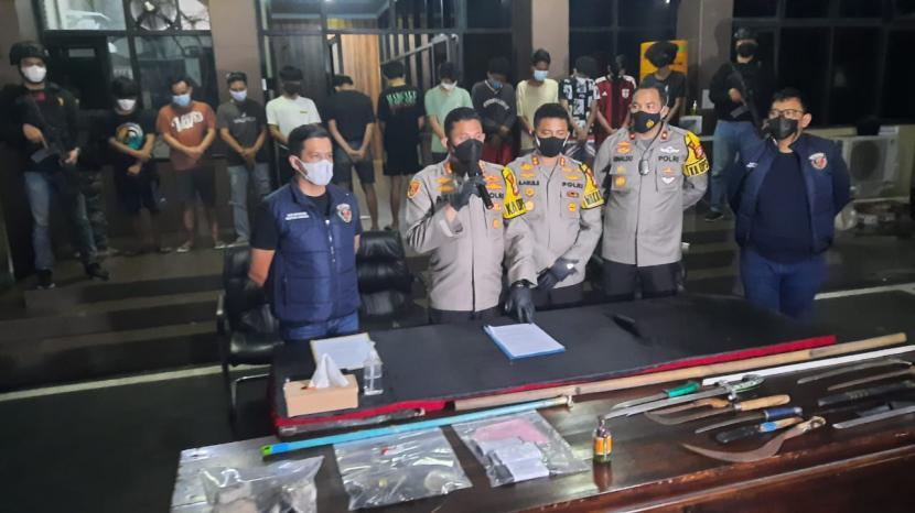Kapolres Metro Jakarta Selatan (depan - kedua dari kiri) memperlihatkan senjata tajam, yang digunakan belasan remaja Pasar Manggis saat tawuran, di Mapolres Jaksel, beberapa waktu lalu..