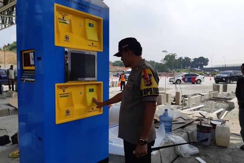 Kapolres Purwakarta AKBP Matrius, saat mengecek kondisi gerbang tol pengganti GT Cikarang Utama (Cikarut), Jumat (17/5).