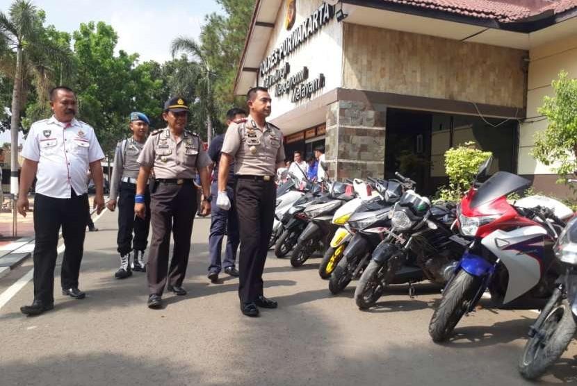 Kapolres Purwakarta AKBP Twedi Aditya Bennyahdi, saat ekspos kasus pencurian dengan pemberatan, Jumat (12/10). Polisi membekuk empat pelaku curanmor dengan barang bukti 14 unit sepeda motor.