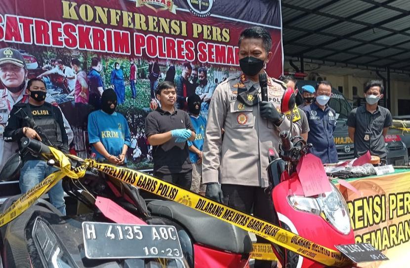 Kapolres semarang, AKBP Ari Wibowo menunjukkan barang bukti hasil kejahatan dan tersangka, dalam ekspos ungkap kasus pencurian bermodus kencan berbayar, di Mapolres Semarang, di Ungran, Kabupaten Semarang, Kamis (29/4).