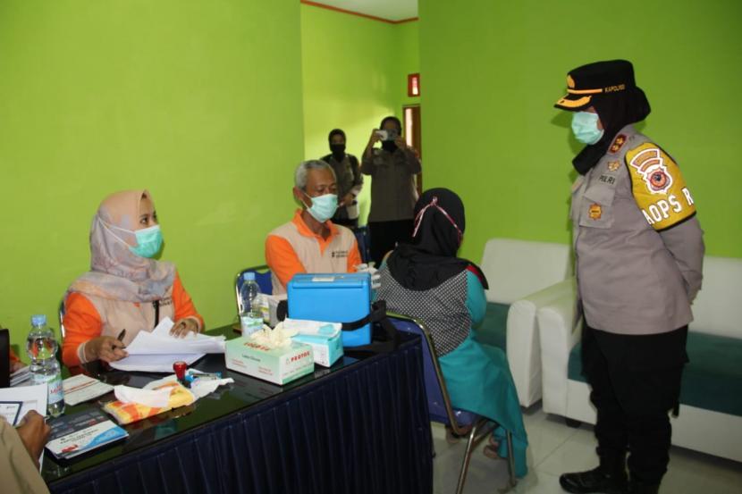 Aparat kepolisian memantau vaksinasi bagi lansia (ilustrasi)