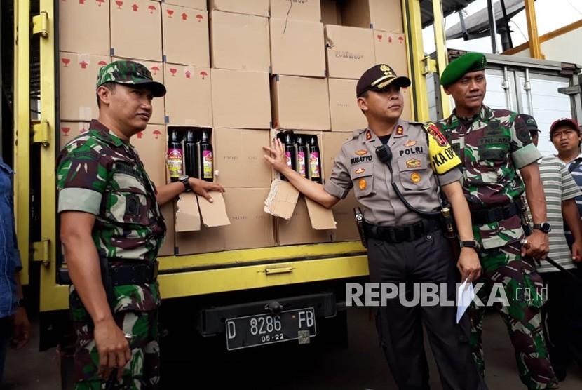 Kapolres Sukabumi Kota AKBP Susatyo Purnomo Condro memperlihatkan ribuan botol miras di dalam kendaraan truk di Mapolres Sukabumi Kota Kamis (28/6).