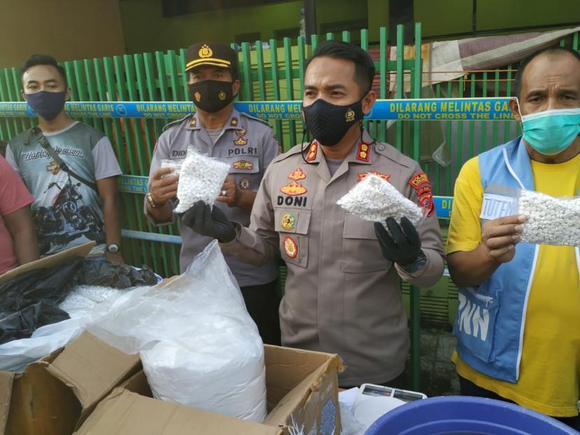 Kapolres Tasikmalaya Kota AKBP Doni Hermawan menunjukkan barang bukti hasil penggeledahan pabrik obat terlarang rumahan di Kecamatan Cipedes, Kota Tasikmalaya, Sabtu (12/6).
