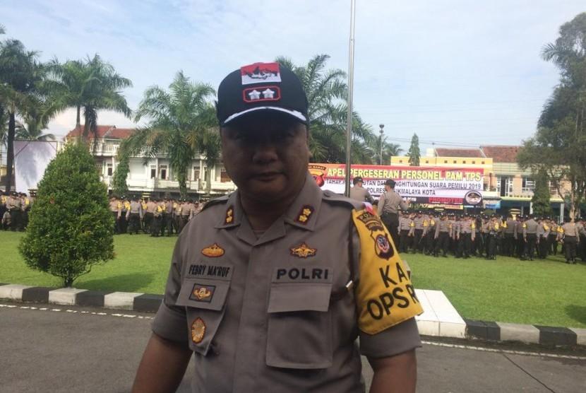 Kapolres Tasikmalaya Kota AKBP Febry Kurniawan Ma'ruf melepas ratusan personelnya untuk mengamankan lokasi TPS di Tasikmalaya, Ahad (14/4).