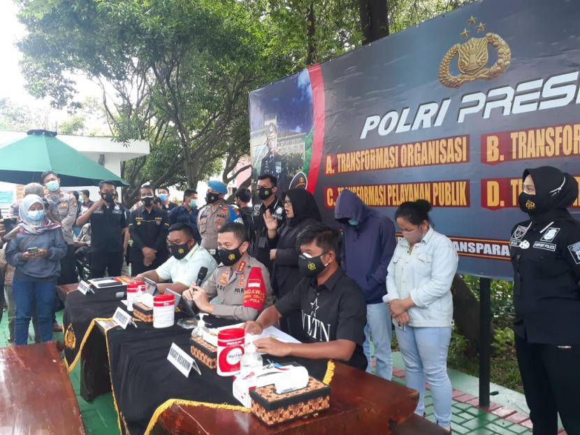 Kapolresta Bandara Soekarno-Hatta, Kombes Adi Ferdian Saputra dalam rilis kasus pencurian ponsel di lingkungan Bandara Soekarno-Hatta.