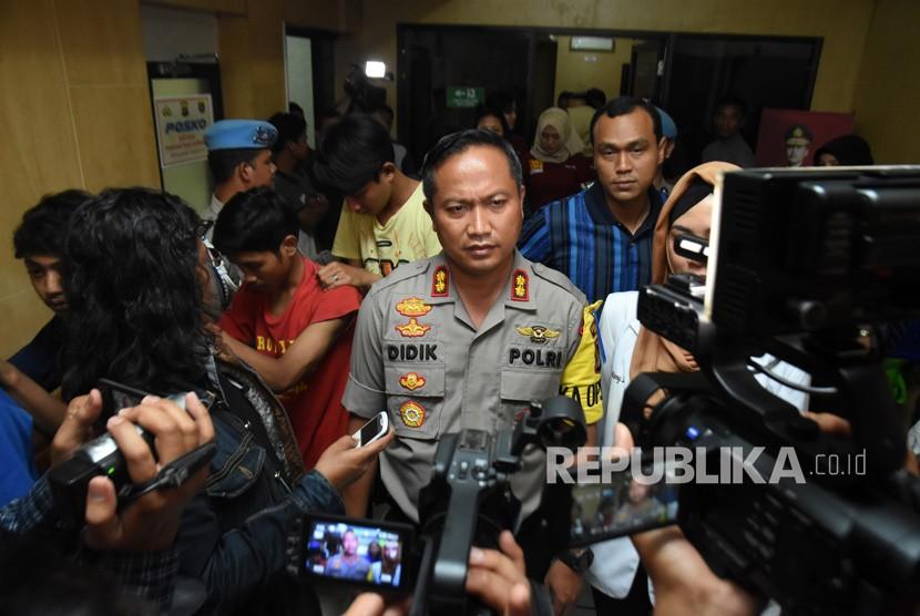 Kapolresta Depok AKBP Didik Sugiarto (tengah) memberikan pernyataan kepada wartawan seusai pemeriksaan urine terhadap puluhan pemuda anggota geng motor Jembatan Mampang (Jepang) yang ditangkap di Polresta Depok, Jawa Barat, Senin (25/12).