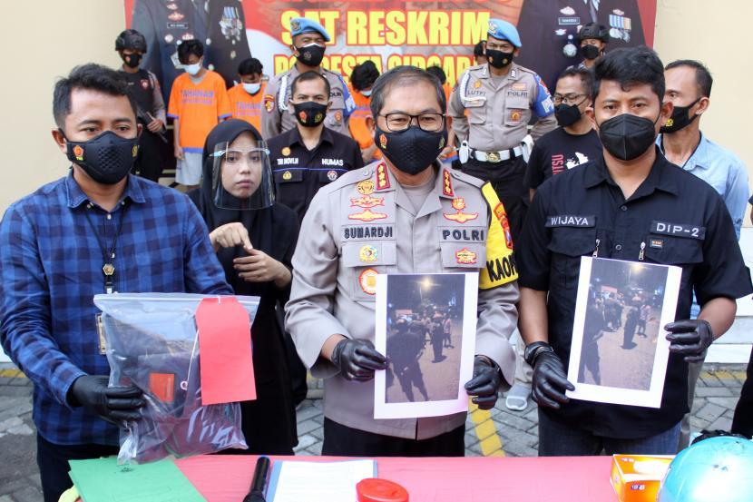 Kapolresta Sidoarjo Kombes Pol Sumardji (tengah) menunjukan foto pengeroyokan terhadap anggota TNI AL di Polresta Sidoarjo, Jawa Timur, Selasa (8/6/2021). (Ilustrasi)
