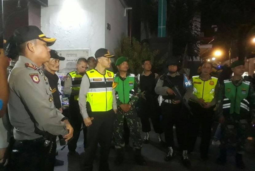 Kapolrestabes Bandung, Kombes Pol Hendro Pandowo melakukan pemantauan ke Alun-Alun Kota Bandung pada malam 'takbiran' Lebaran, Kamis (14/6).