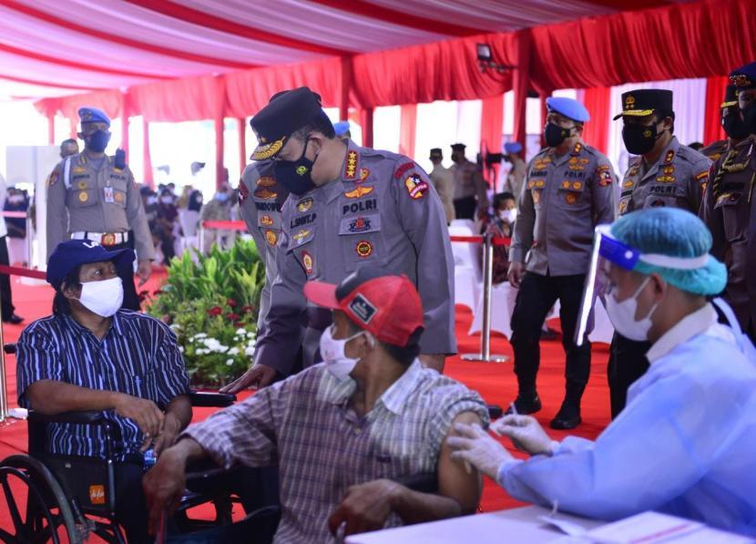 Kapolri Jenderal Listyo Sigit Prabowo menghadiri acara vaksinasi massal dan penyerahan bantuan sosial yang diselenggarakan Alumni Akademi Kepolisian 1997 batalyon Wira Pratama di bangunan eks Mapolres Bandara Soetta, Tangerang, Banten, Senin (20/9).