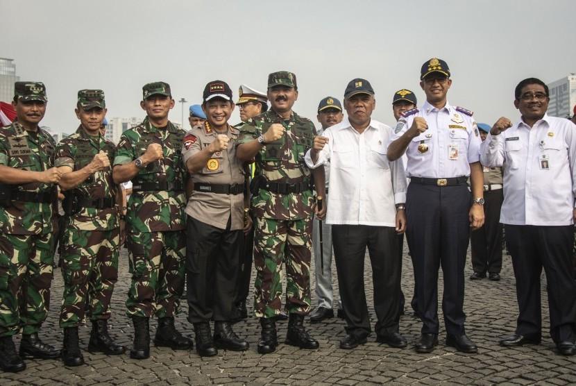 Kapolri Jenderal Pol Tito Karnavian (keempat kiri), Panglima TNI Marsekal TNI Hadi Tjahjanto (keempat kanan), Menteri PUPR Basuki Hadimuljono (ketiga kanan), KSAU Marsekal TNI Yuyu Sutisna (ketiga kiri), Gubernur DKI Jakarta Anies Baswedan (kedua kanan), KSAD Jenderal TNI Mulyono (kedua kiri), Plt Gubernur Sulawesi Selatan Soni Sumarsono (kanan), dan KSAL Laksamana TNI Siwi Sukma Adji (kiri) berfoto bersama seusai mengikuti apel gelar pasukan Operasi Kepolisian Terpusat Ketupat 2018 di Monas, Jakarta, Rabu (6/6).