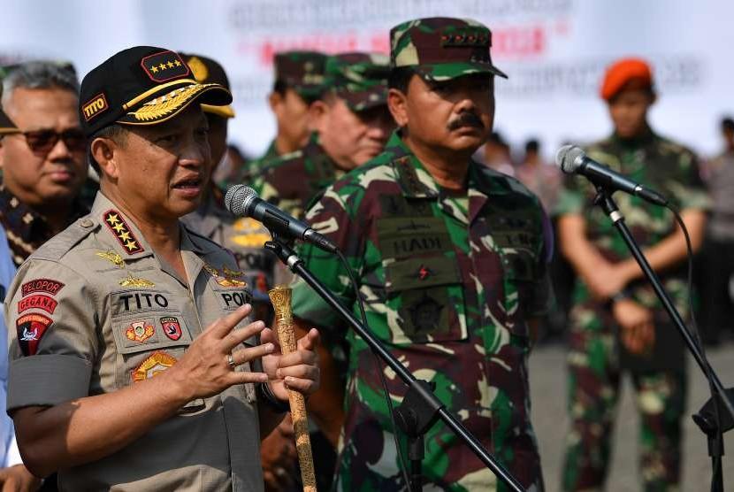 Kapolri Jenderal Pol Tito Karnavian (kiri) dan Panglima TNI Marsekal TNI Hadi Tjahjanto (kedua kiri).