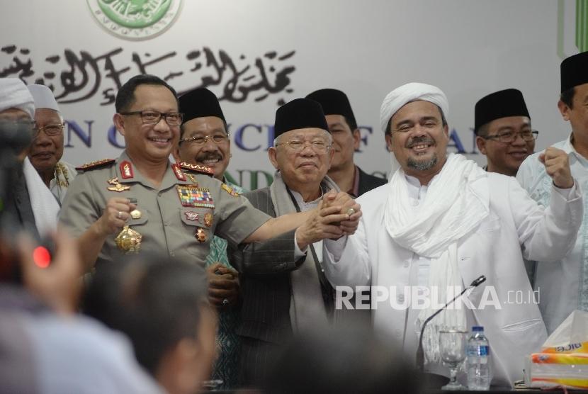 Kapolri Jenderal Pol Tito Karnavian (kiri), Ketua MUI Ma'ruf Amin (tengah), dan Ketua Dewan Pembina GNPF-MUI M. Rizieq Shihab berjabat tangan seusai memberi keterangan di gedung MUI, Jakarta, Senin (28/11).