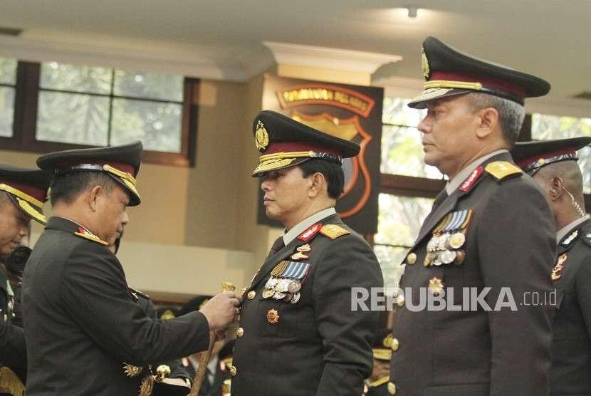 Kapolri Jenderal Pol Tito Karnavian (kiri) menyematkan tanda pangkat kepada Wakapolri Komjen Pol Ari Dono Sukmanto (tengah) dan Kabareskrim Komjen Pol Arief Sulistyanto (kanan) saat pelantikannya di Mabes Polri, Jakarta, Jumat (17/8).