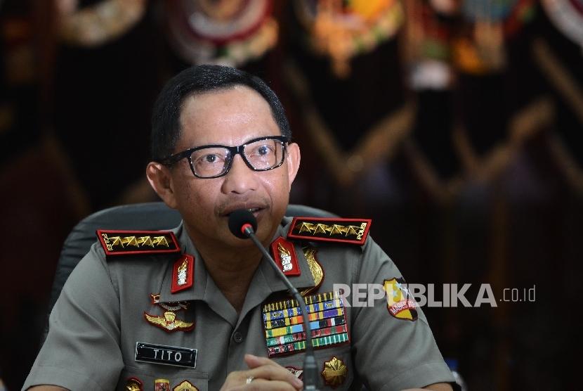 Kapolri Jenderal Pol Tito Karnavian (kiri)tiba untuk memberikan pernyataan kepada awak media saat menggelar konferensi pers di Rupatama Mabes Polri, Jakarta, Rabu (16/11).