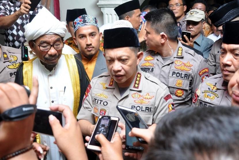 Kapolri Jenderal Pol Tito Karnavian memberikan keterangan terkait penangkapan terduga teroris kepada wartawan usai menghadiri acara silaturahmi di Pondok Pesantren Al Kautsar Medan, Sumatera Utara, Selasa (12/3/2019) malam.