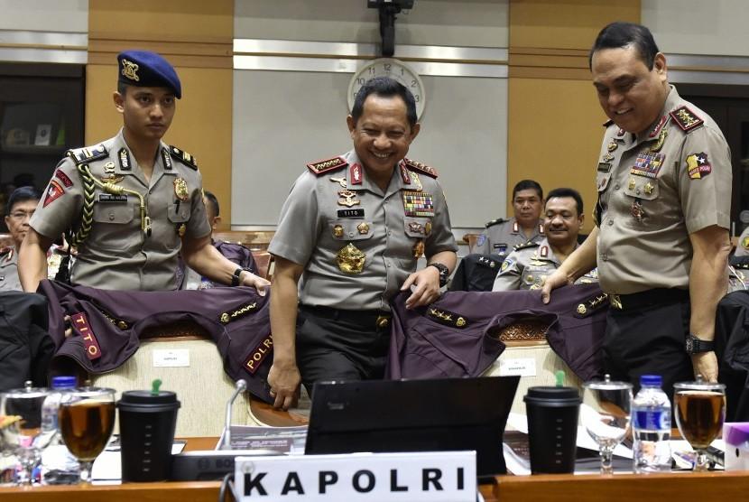 Kapolri Jenderal Pol Tito Karnavian (tengah) bersama Wakapolri Komjen Pol Syafruddin (kanan) mengikuti rapat kerja dengan Komisi III DPR di Kompleks Parlemen Senayan, Jakarta, Rabu (14/3).