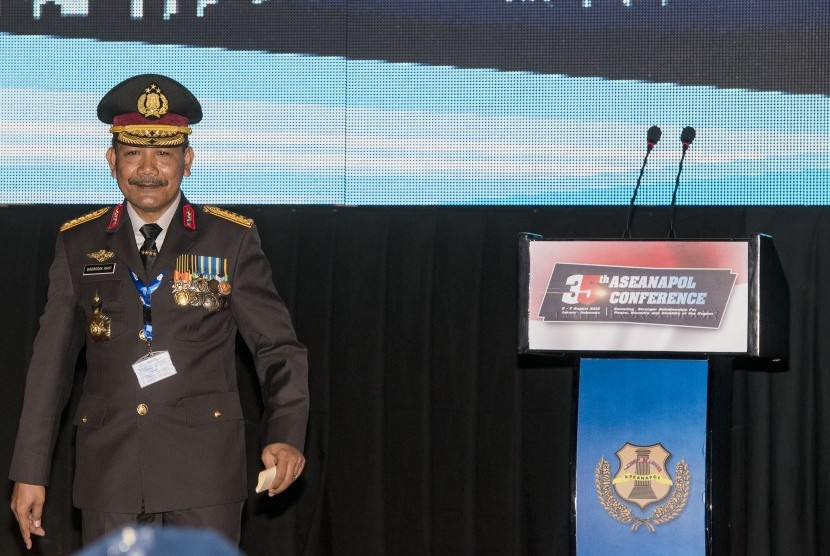 Kapolri Jenderal Polisi Badrodin Haiti berjalan meninggalkan podium seusai memberikan kata sambutan pada acara pembukaan Konferensi ASENAPOL ke-35 di Jakarta, Selasa (4/8).