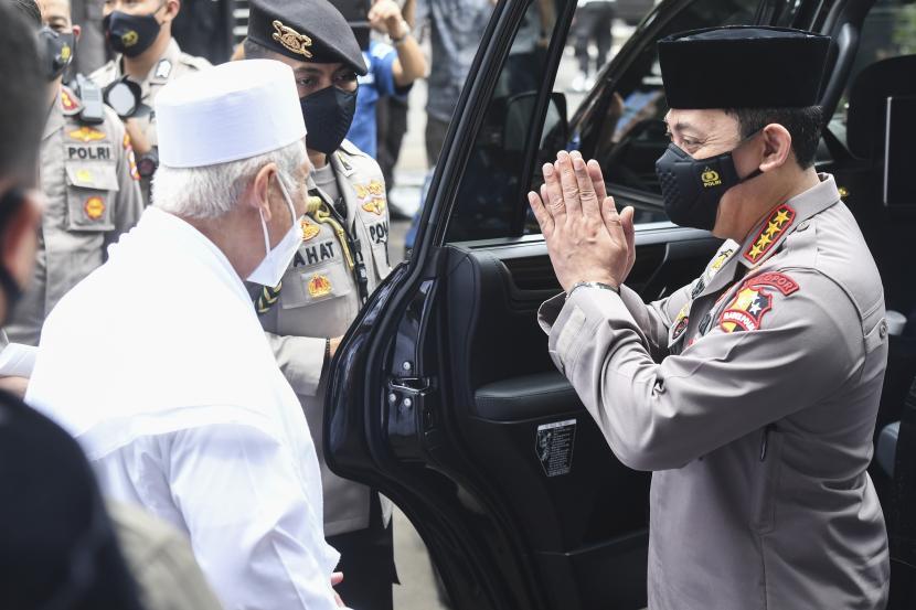 Kapolri Jenderal Polisi Listyo Sigit Prabowo (kanan) berpamitan dengan Ketua Umum Rabithah Alawiyah Habib Zein bin Umar bin Smith (kiri) usai berkunjung ke DPP Rabithah Alawiyah di Jakarta, Sabtu (30/1).