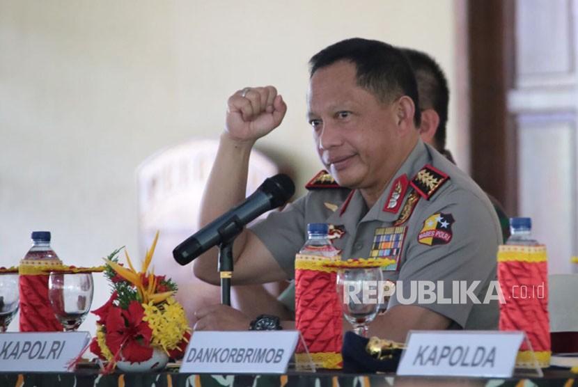 Kapolri Jenderal Polisi Muhammad Tito Karnavian memberikan pengarahan personel TNI Polri di Mimika Papua.