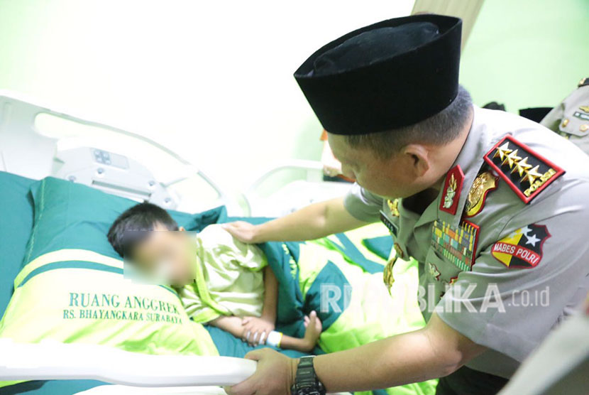 Kapolri Jenderal Polisi Muhammad Tito Karnavian mengunjungi anak korban pelaku bom rumah susun Wonocolo, Sidoarjo. Selasa (15/5).