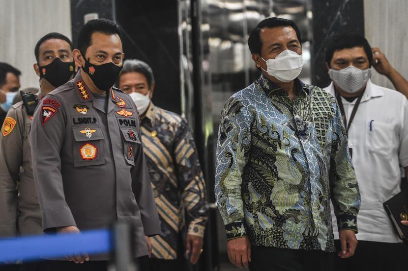 Kapolri Jenderal Polri Listyo Sigit Prabowo (kiri) berjalan bersama Ketua Mahkamah Agung Muhammad Syarifuddin (kanan) untuk memberikan keterangan kepada media usai melakukan pertemuan, di gedung Mahkamah Agung, Jakarta, Selasa (2/2/2021). Pertemuan tersebut membahas mengenai pelaksanaan tilang elektronik serta pengembangan pelayanan terpadu yang berkaitan langsung dengan pelayanan publik, seperti informasi proses hukum baik di Kepolisian, Kejaksaan. hingga ke Pengadilan dengan memanfaatkan sistem aplikasi bersama.